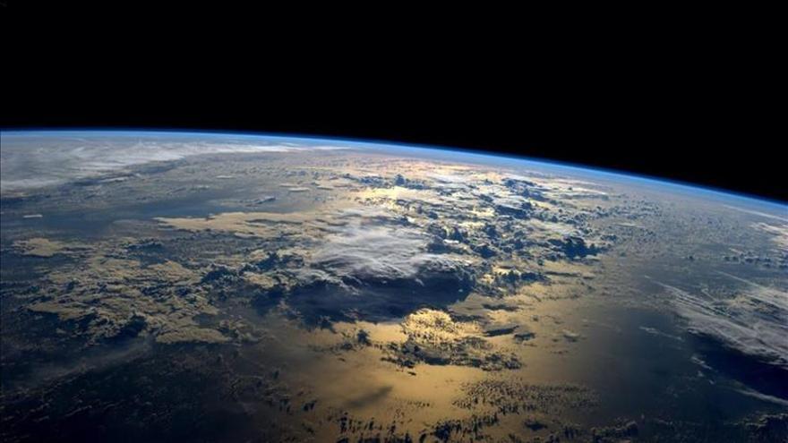 """La Tierra podría estar rodeada de """"cabellos"""" de materia oscura, según la NASA"""
