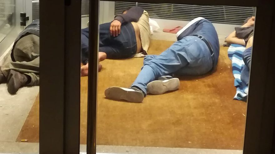 Sintecho guarecidos en la cabina de un cajero bancario, en la avenida San Sebastián de la capital tinerfeña