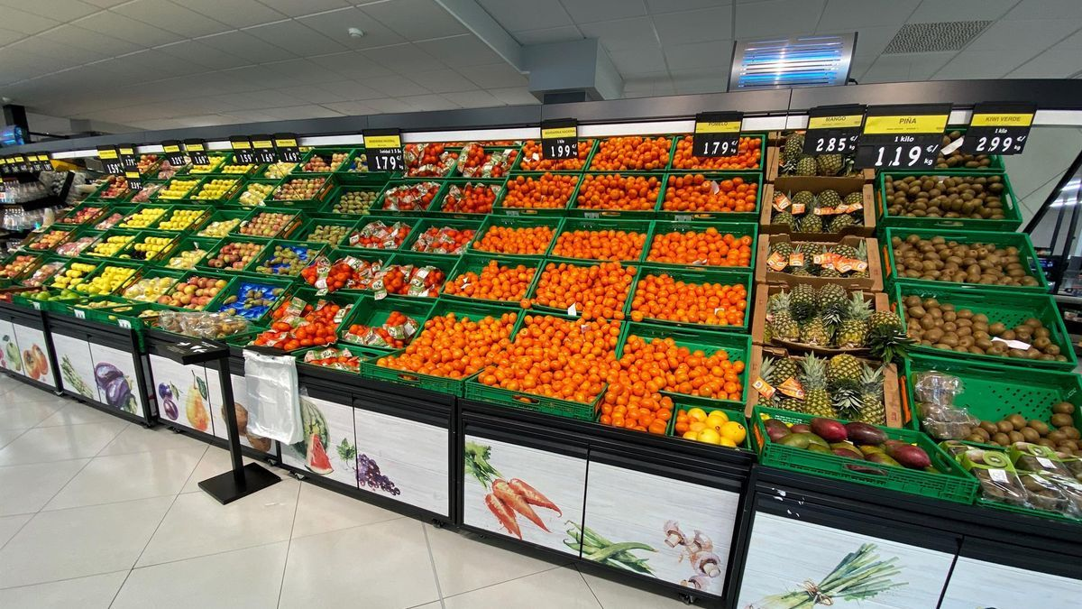 Sección de frutas en un supermercado