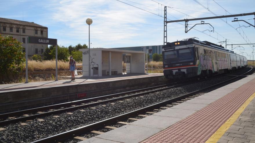 Una usuaria de la línea Gallur-Zaragoza a punto de subir al último tren de la jornada, a las 18.20 horas
