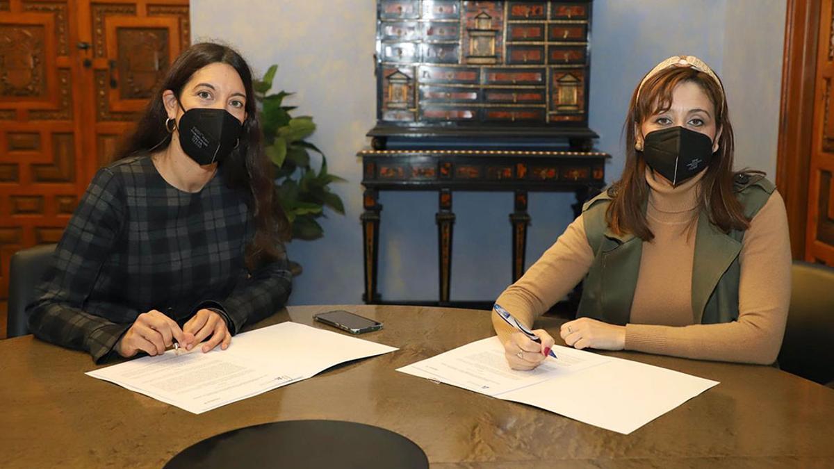 Felisa Cañete y Rocío del Pino, en el acto de firma.