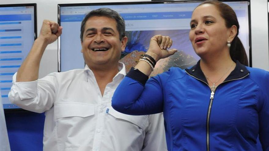 La primera dama de Honduras declara ganador de los comicios al presidente Hernández