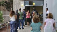 Miembros de la Junta de Personal reciben a la funcionaria vetada por el juez Luis Galván, este viernes, a las puertas del juzgado de guardia. (ALEJANDRO RAMOS)