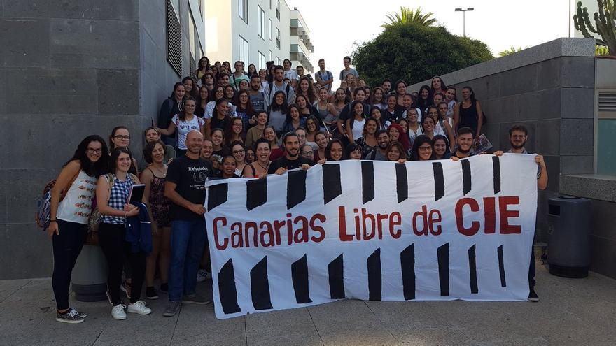 La plataforma Canarias Libre de CIE junto a alumnos de trabajo social de la Universidad de Las Palmas de Gran Canarias, este miércoles, tras una charla en la Facultad de Ciencias Jurídicas enmarcada en las jornadas universitarias por la erradicación de la pobreza.