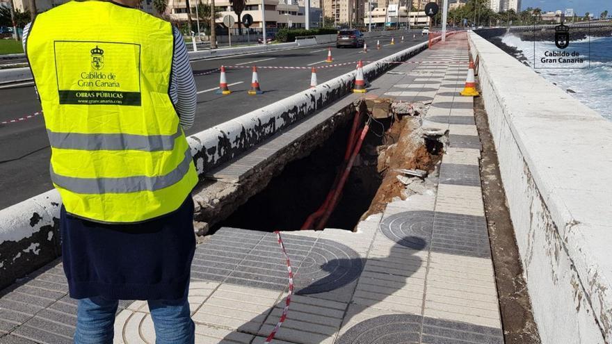 Los daños detectados en el muro de contención y socavón bajo la Avenida Marítima obligan al cierre de un segundo carril
