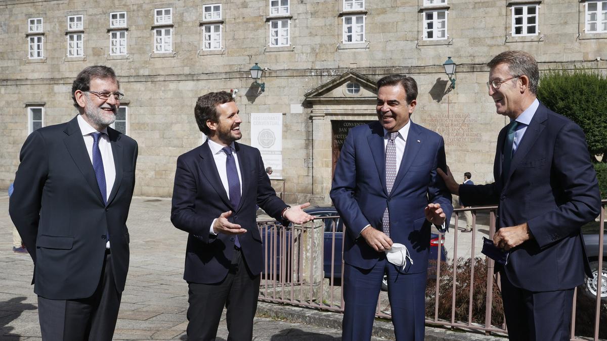 El presidente del Partido Popular, Pablo Casado (2i), junto al vicepresidente de la Comisión Europea, Margaritis Schinas (3i); el presidente de al Xunta, Alberto Núñez Feijóo (d), y el expresidente del Gobierno Mariano Rajoy, (i) antes de su participación en la Convención Nacional del Partido Popular, esta mañana en Santiago de Compostela.