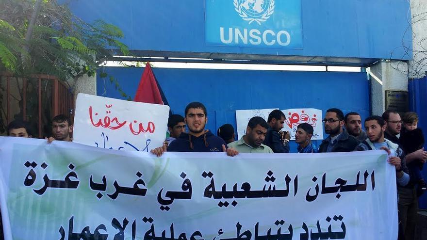Protesta de palestinos frente a las oficinas en Gaza de UNSCO, Oficina del Coordinador Especial de la ONU para el Proceso de Paz de Oriente Medio // Foto: Isabel Pérez