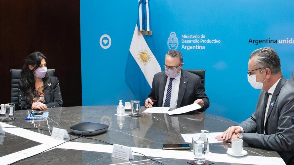 Español y Kulfas, en la firma del convenio con Petroquímica Río Tercero