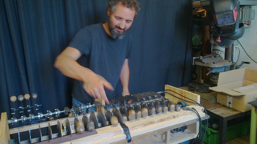 Un artesano del Pelícano crea una máquina de taconeo flamenco capaz de reproducir siete palos