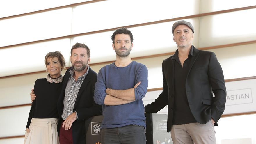 El equipo de 'Que Dios nos perdone' rodea a Rodrigo Sorogoyen en el photocall del Festival de San Sebastián