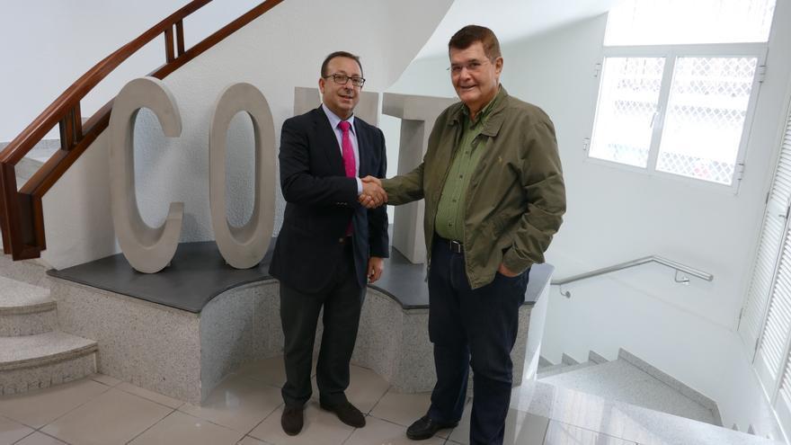 Garrido y Martín, tras la rúbrica del acuerdo, en la sede colegial de Santa Cruz de Tenerife