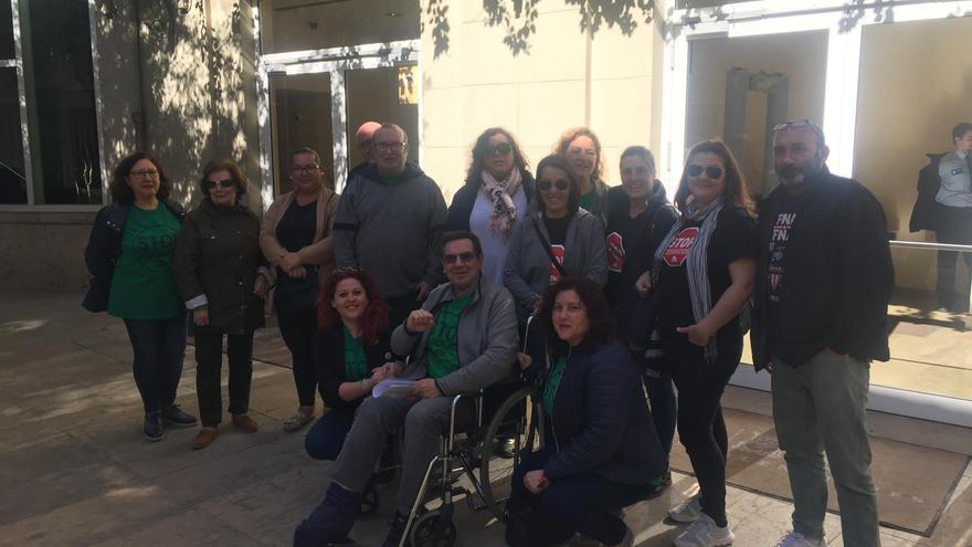 Los miembros de la PAH de València en la puerta de las Corts