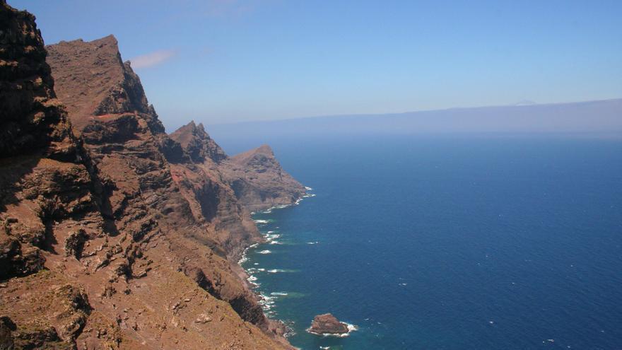 Los cantiles de la costa noroeste de Gran Canaria se precipitan hacia el mar formando lo que los locales llaman, la Cola del dragón. Viajar Ahora