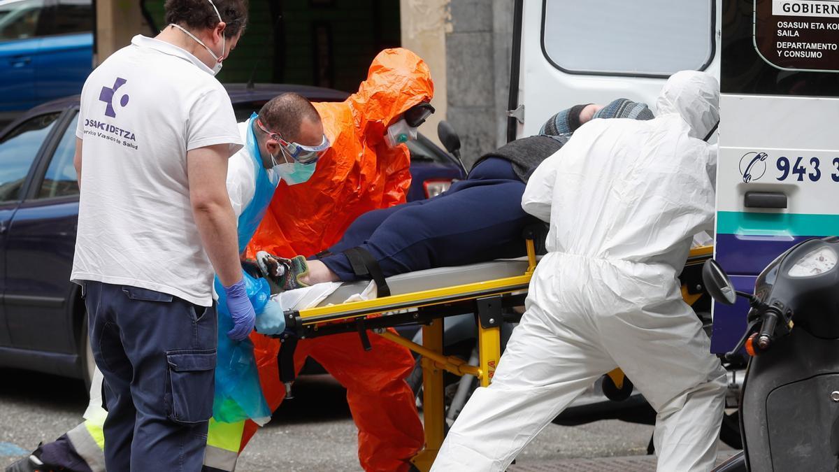 Traslado de un paciente en una ambulancia en Donostia