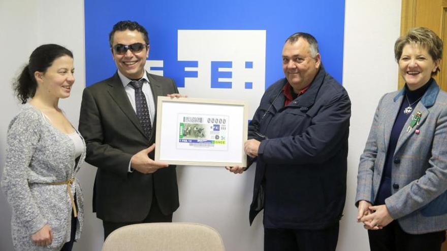 Un jubilado recoge el cupón que la ONCE dedica a EFE por su 75 aniversario