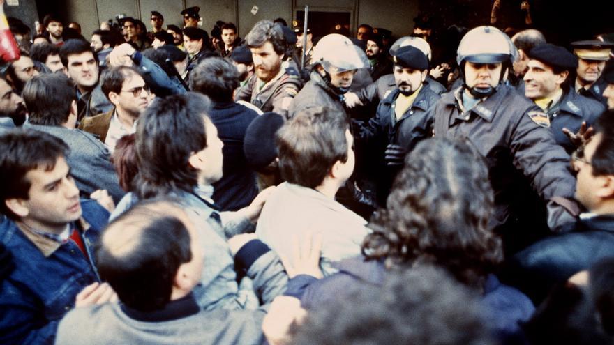 Barcelona 14-12-1988.- La policía nacional intenta controlar a un grupo de piquetes que provocan incidentes en la puerta de los almacenes de El Corte Inglés de la plaza de Cataluña durante la huelga general convocada por los sindicatos en protesta por la política económica y social del Gobierno.