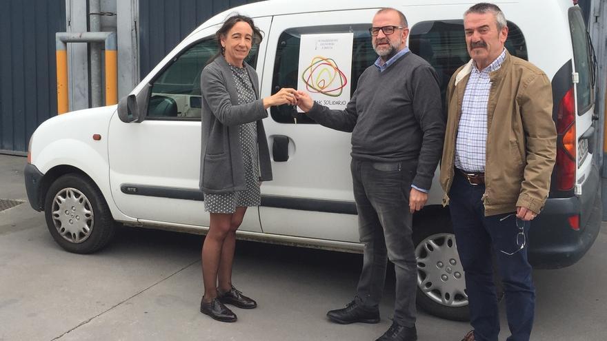 Diputación de Gipuzkoa entrega a 'Grezian Zaporeak' las llaves del vehículo cedido por la institución foral
