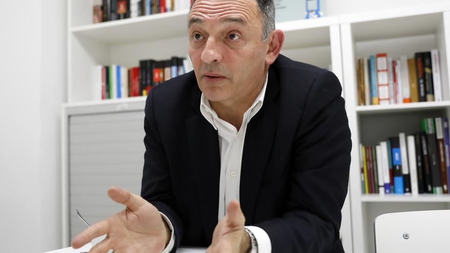 El secretario general del PCE, Enrique Santiago, en la redacción de eldiario.es