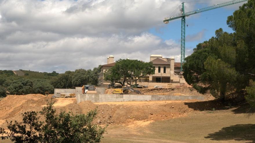 La mansión ha demandado grúas y excavadoras en el Parque Nacional de Cabañeros.