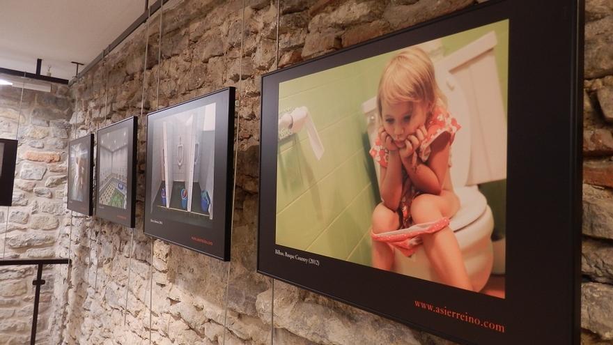 Vitoria acoge una exposición que muestra la situación del saneamiento en el mundo a través de imágenes de WC
