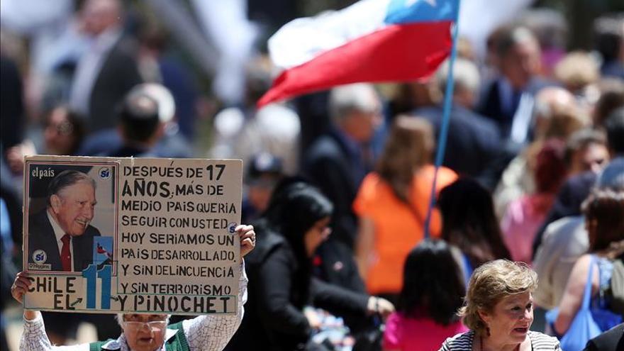 Nostálgicos de Pinochet celebran los 100 años del natalicio del dictador