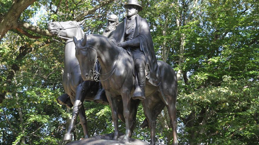 Estatua dedicada a Robert Lee y Stonewall Jackson que ha sido retirada en Baltimore.
