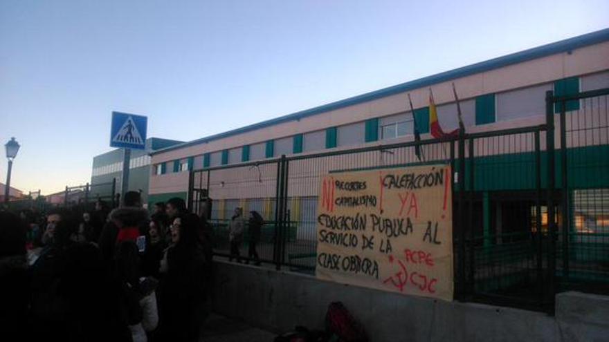 Manifestación por la calefacción en el Instituto de Carranque. Foto: CJC CLM | Twitter