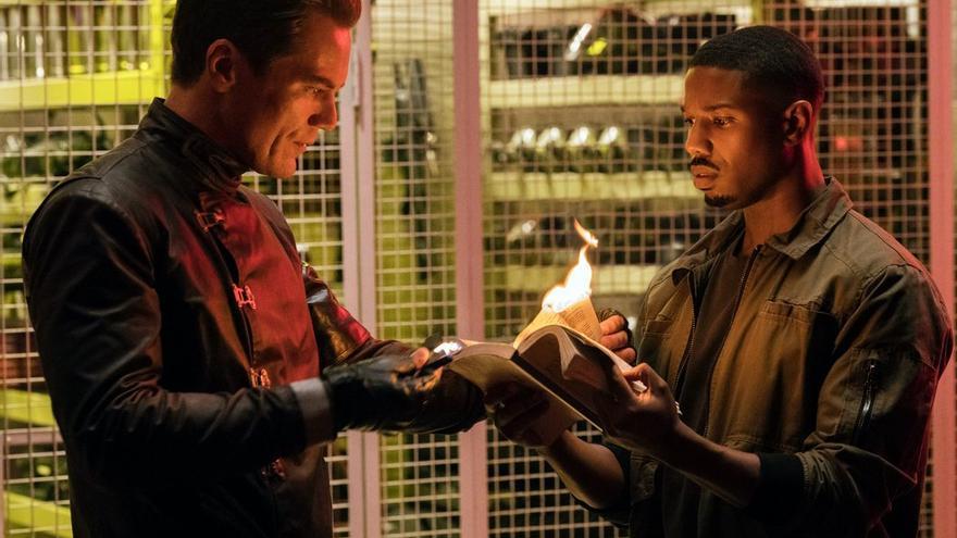 Shannon y Jordan quemando los libros del mundo imaginado por Bradbury