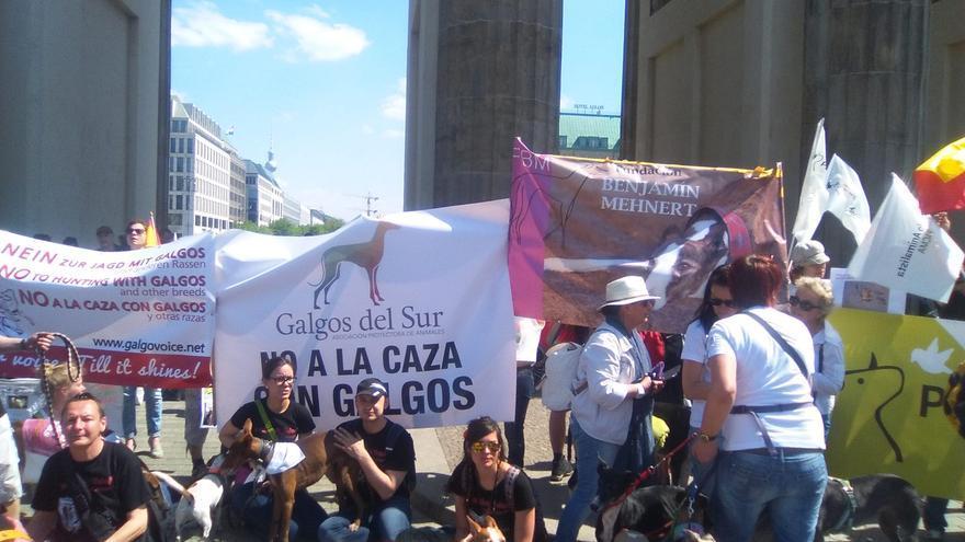 La organizacoón española 'Galgos del Sur' en una manifestación en Berlín en defensa de los perros obligados a la caza.