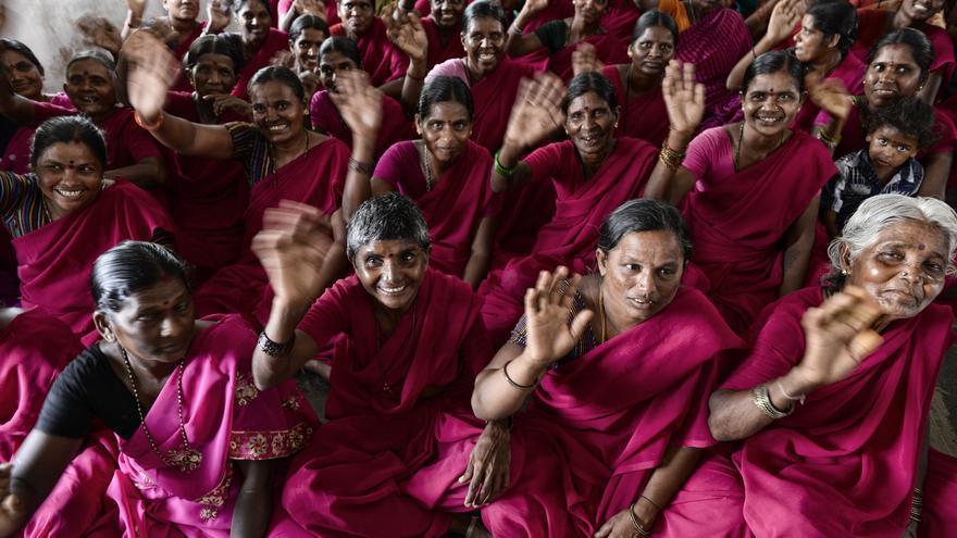 Grupos de mujeres comienzan a organizarse para combatir problemas como la violencia machista o los matrimonios infantiles. Este es un 'sangham' en el estado de Andhra Pradesh./ Zigor Aldama