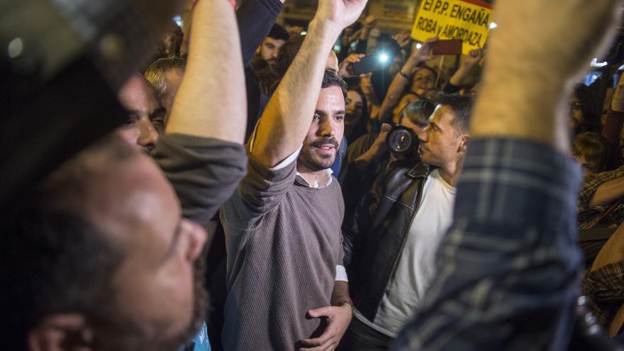 El coordinador federal de Izquierda Unida, Alberto Garzón, se acerca a saludar a los manifestantes reunidos en los alrededores del Congreso