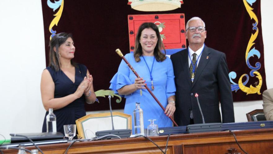El PSOE hace alcaldesa de Arrecife a Astrid Pérez, del Partido Popular