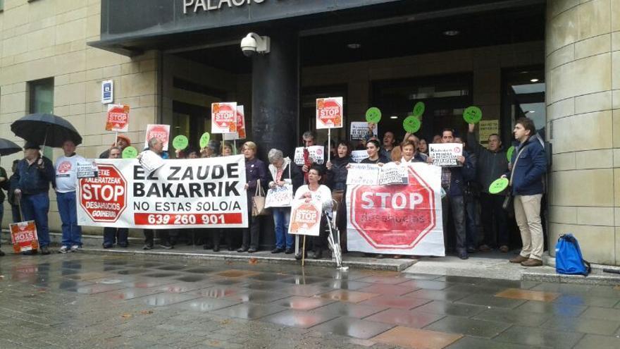 Stop Desahucios Gipuzkoa concentrados por el caso de Mariela Herrera en Tolosa