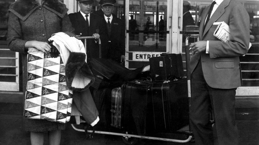 TOROS DOMINGUÍN: París 1958.- El torero Luis Miguel Dominguín y su esposa la actriz italiana Lucía Bosé llegan al aeropuerto de París, procedentes de España.