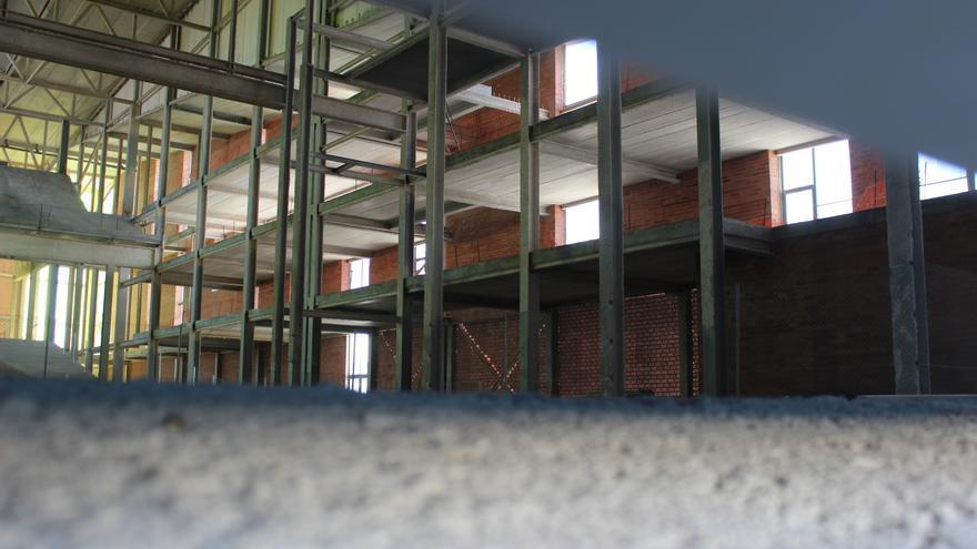 Interior del auditorio de Puerto Lumbreras, en una imagen captada por debajo la puerta que cierra el edificio / PSS