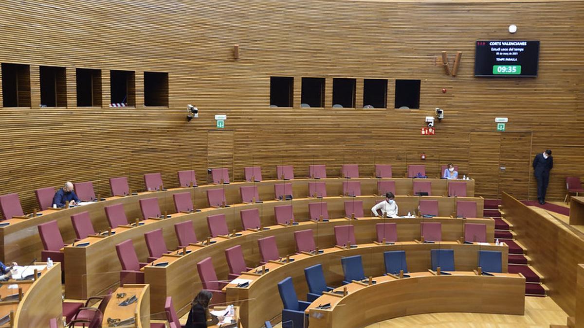 La bancada derecha del hemiciclo, semivacía durante una comisión parlamentaria.