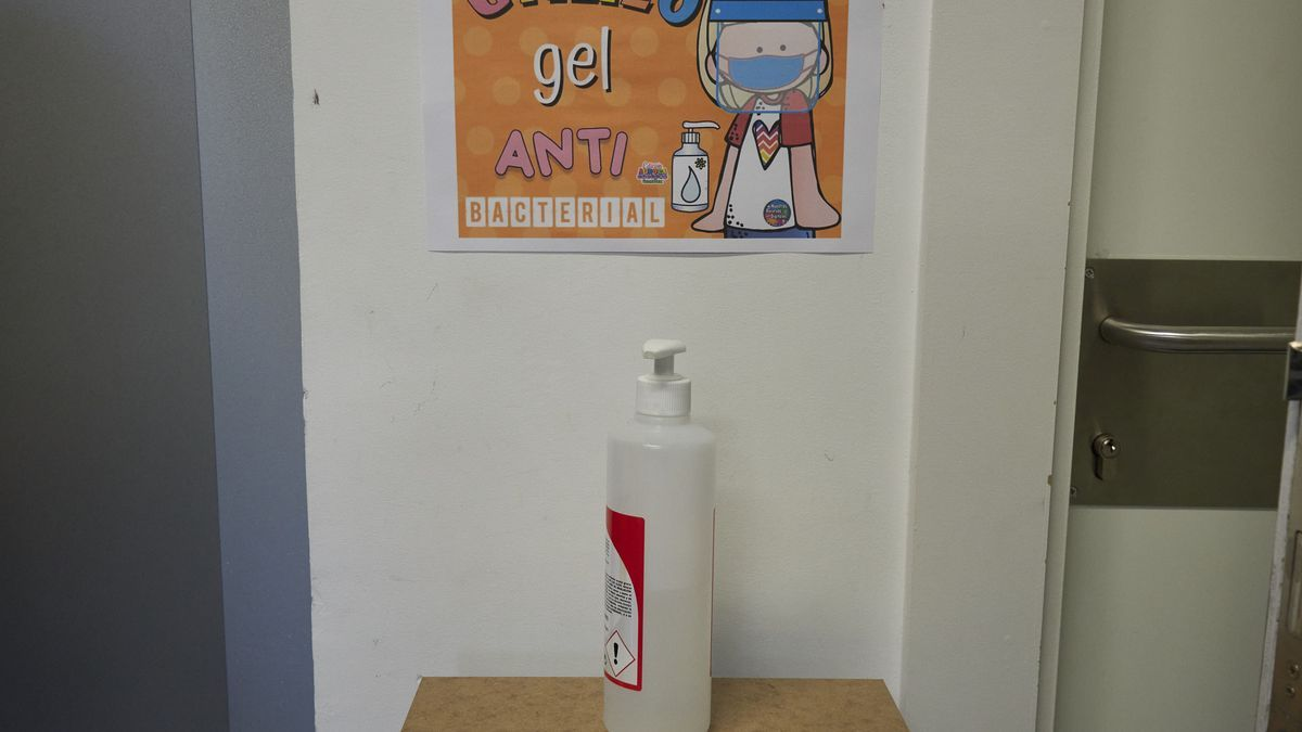 Un gel desinfectante en un colegio de Pamplona