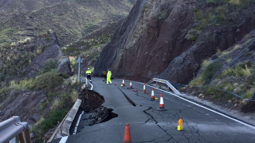 Desplome del muro en la carretera que une Agaete con La Aldea de San Nicolás