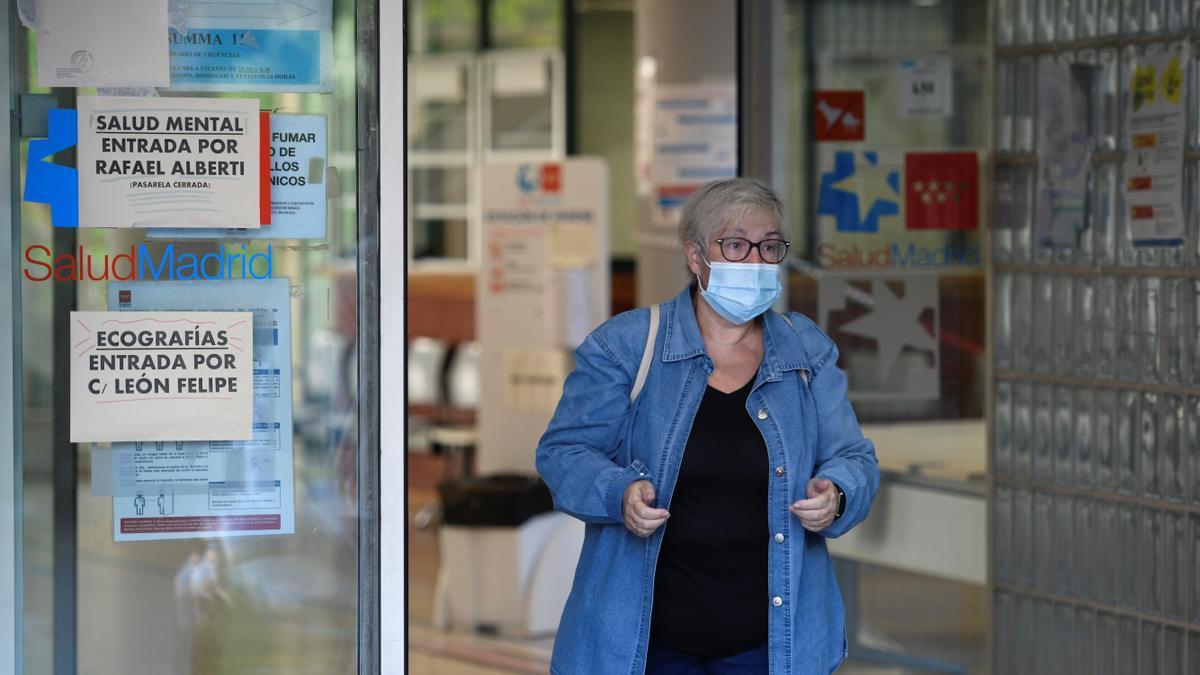 Una mujer sale del centro de salud Federica Montseny en el distrito de Puente de Vallecas en Madrid, este martes. EFE/Víctor Lerena