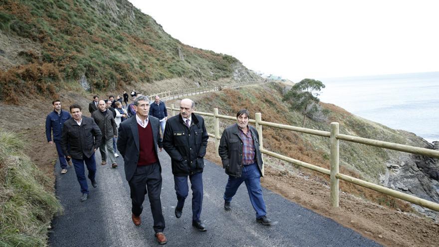 El consejero ha visitado la nueva senda costera. | Lara Revilla