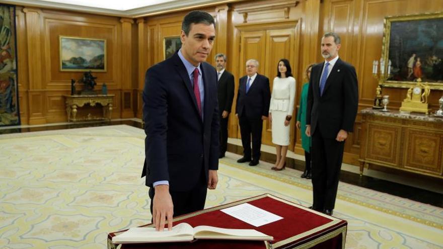 Pedro Sánchez (i) promete ante el rey Felipe VI (d) su cargo de presidente del Gobierno, esta mañana en el Palacio de la Zarzuela en Madrid.