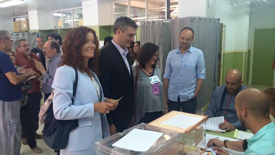 Urralburu, candidato de Podemos, acompañando en el voto a su número 2 en Murcia
