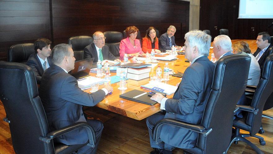 Un momento del Consejo de Gobierno celebrado en la sede del Ejecutivo regional en Santa Cruz de Tenerife. Efe