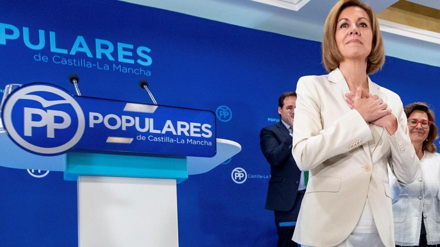 La secretaria general del PP y presidenta del partido en Castilla-La Mancha, María Dolores de Cospedal, es ovacionada tras anunciar, ante la Junta Directiva Regional del PP de Castilla-La Mancha, su candidatura para presidir el partido.