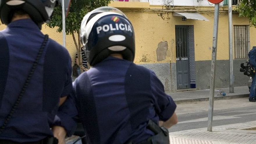 Hallan a una mujer muerta con signos de violencia en una vivienda de Sevilla