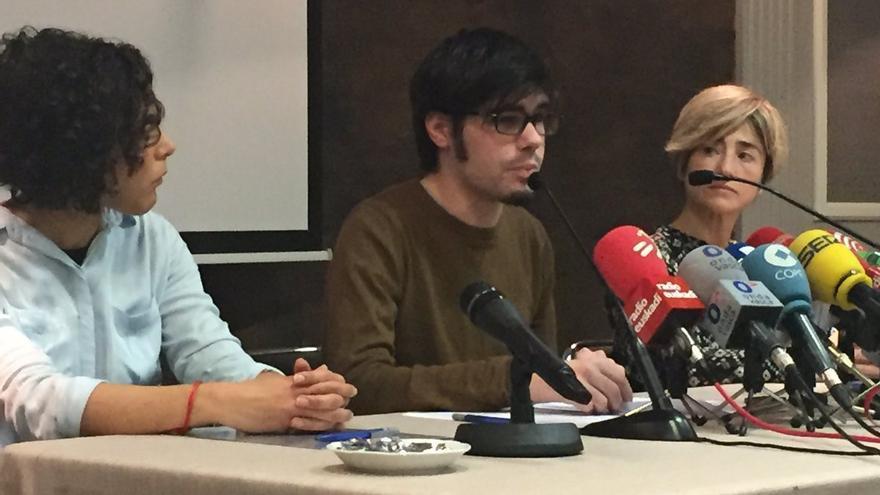Comparecencia de Lander Martínez flanqueado por Nagua Alba (izquierda) y Pili Zabala.