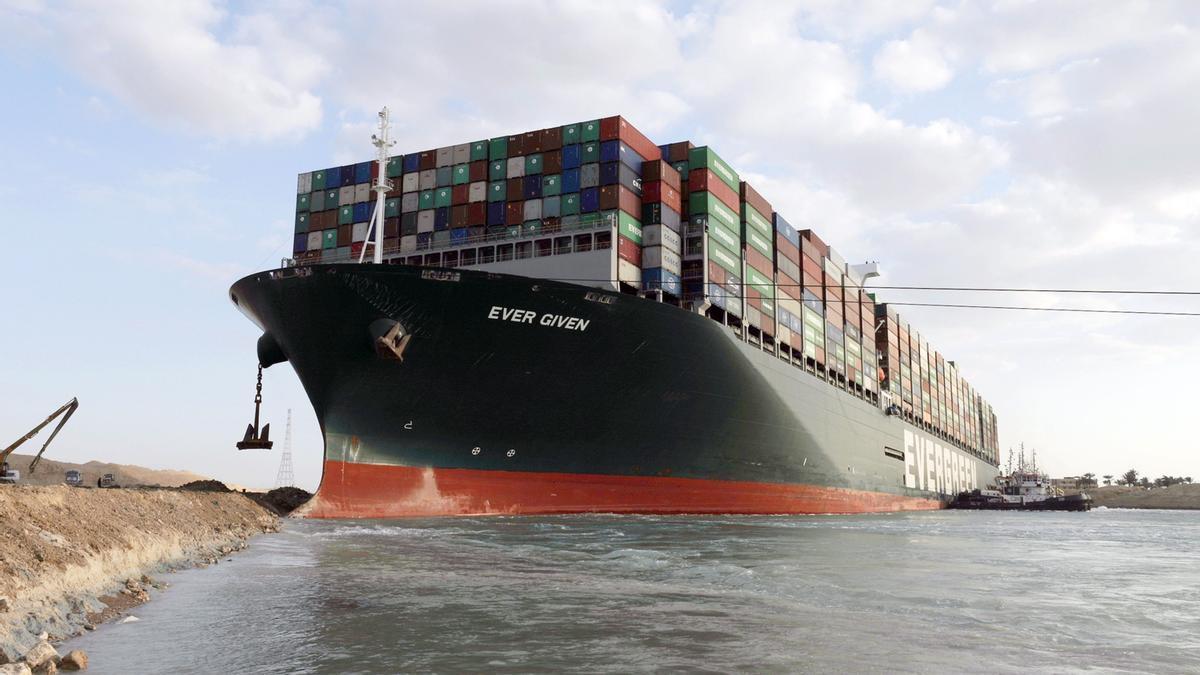Una fotografía de la Autoridad del Canal de Suez muestra un remolcador cerca del buque portacontenedores Ever Given