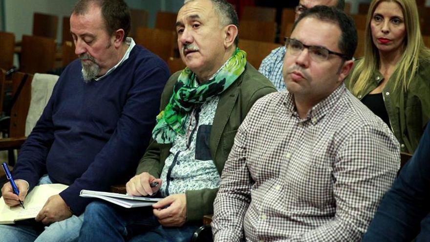 El secretario general de UGT, Pepe Álvarez (c), acompañado del secretario general de Canarias, Gustavo Santana (d), participó hoy en la capital tinerfeña en la reunión de la Comisión Ejecutiva Confederal para analizar la situación económica, política y social actual. EFE/Cristobal García