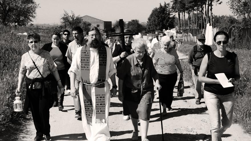 El párroco Agustín lidera la procesión del Viacrucis en la Cañada