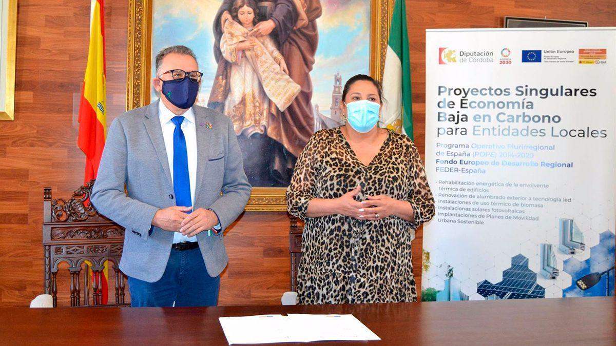 Dolores Amo, en la entrega de las obras al alcalde de El Viso, Juan Díaz.